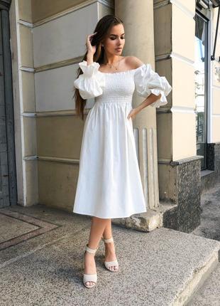 Обворожительное льняное платье со спущенными плечами миди