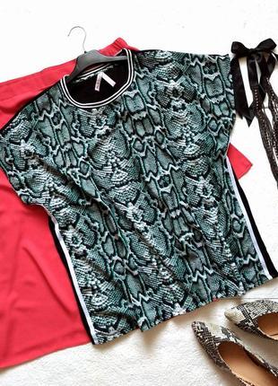 Интересная футболка с лампасами, змеиный принт