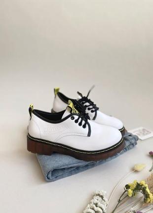 Мартинсы белые, броги стильная обувь 2020  ботинки