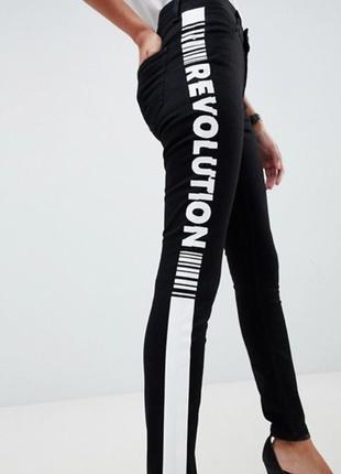 Asos. товар из англии. пафосные джинсы скинни с надписью по бокам.