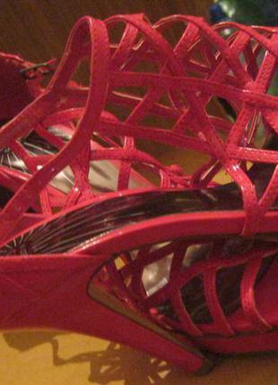 Гламурные эффектные яркие лаковые плетеные босоножки малинового цвета (фуксия)танкетка и каблук.40-й