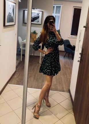Модное женское платье в горошек