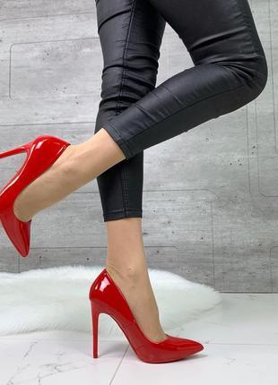 Красные лаковые лодочки туфли