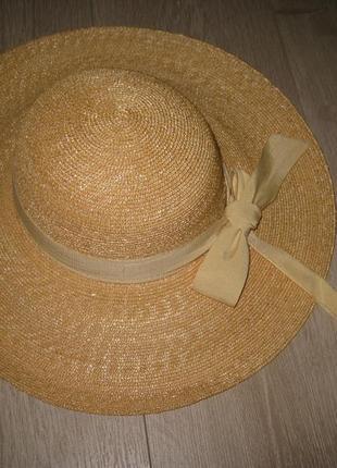 Красивая большая соломенная шляпа