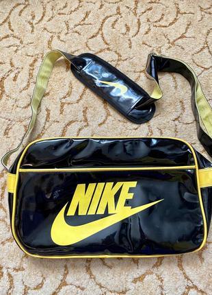 Чорна лакова спортивна сумка nike