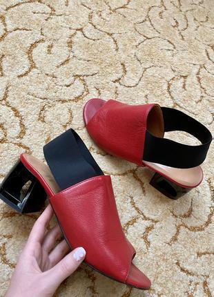 Червоні шкіряні босоніжки