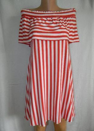 Трикотажное платье в полоску с открытыми плечами