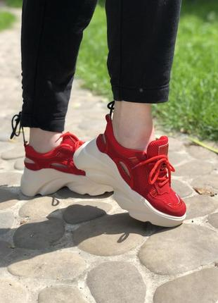 Женские красные кроссовки