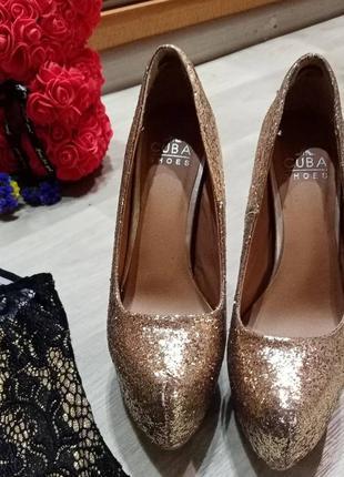 Вечерние туфли) блестят очень высокий каблук!
