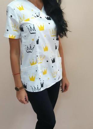 Женская медицинская блуза с коронами