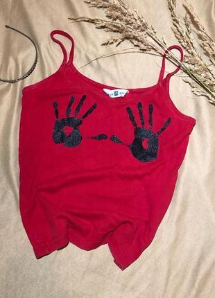 Красная майка на бретельках с отпечатками рук на груди, червона майка топ топик