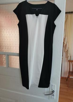 Черно-белое офисное платье футляр в обтяжке хл