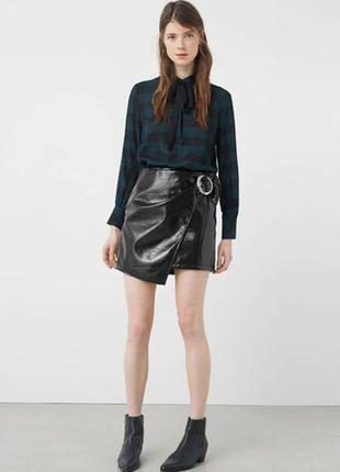 Новая юбка из винила с пряжкой mango