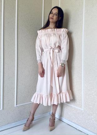 Нежно-розовое платье с открытыми плечами, с рюшами и кружевом на рукавах