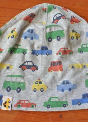 Милая легкая шапочка в машинках на малыша 1-2 года