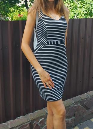 Стильне плаття в полоску