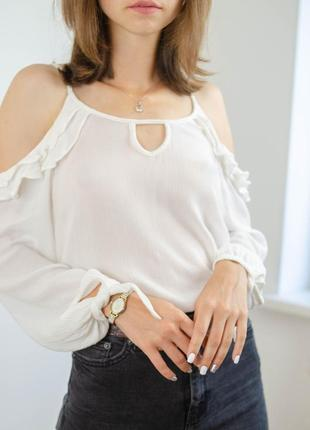 Hollister белый джемпер с открытыми плечами и оборками, легкая свободная кофта