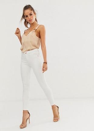 Белые джинсы на высокой талии