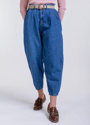 Женские джинсы-бананы укороченные цвета темный джинс