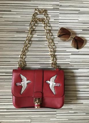 Стильная красная сумка с вышивкой на цепочке