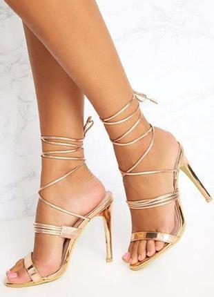 Эффектные босоножки на высоком каблуке.