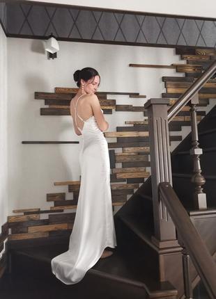 Минималистичное свадебное платье на бретельках