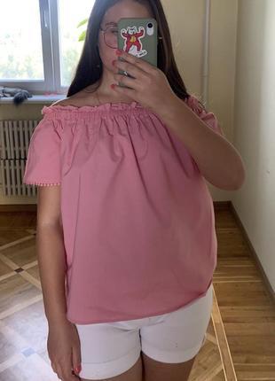 Летняя розовая блуза со открытыми плечами