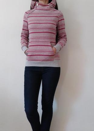 Теплый свитер с капюшоном