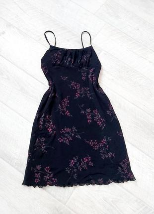 Чёрное платье на тонких бретелях в цветы
