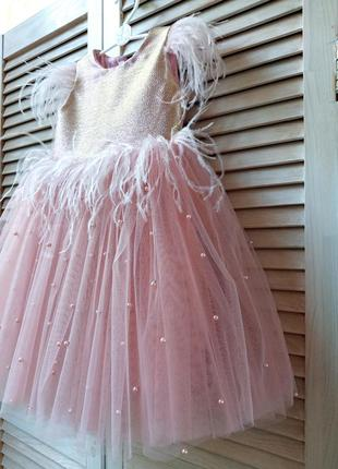 Шикарное нарядное платье с перьями и бусинками