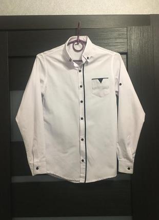 Белая рубашка для мальчика с рукавом школьная нарядная с синей вставкой