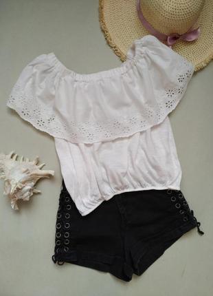 Белая блузка с воланом и шитьем