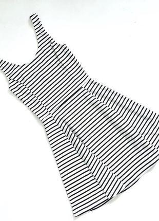 Стильное черно-белое платье в полоску