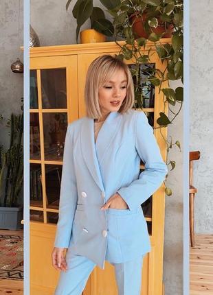 Брючный костюм голубого цвета