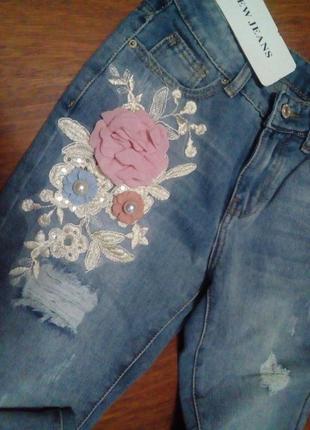 Джинсы мом с объёмной аппликацией, джинсы момы3 фото