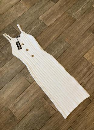 Белоснежное платье , вязаное , в рубчик, лапша, по фигуре , платье майка.