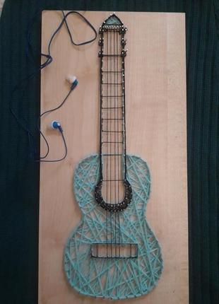 Стильная картина гитара в технике стринг- арт