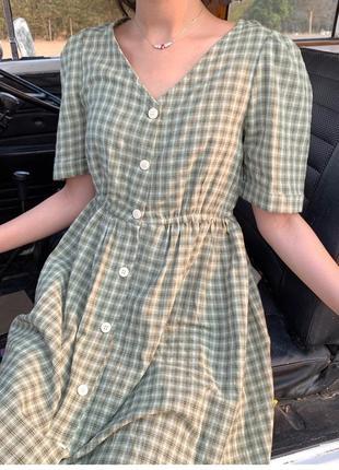 Клетчатое свободное платье на пуговицах