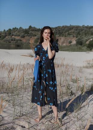 Нежное черное платье с крупными синими цветами