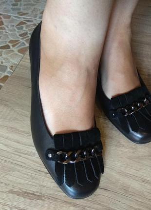 Дуже красиві шкіряні туфельки 41 розмір
