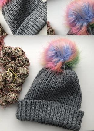 Сіра шапка з кольоровим помпоном