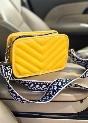 Стильная сумочка с модным ремешком