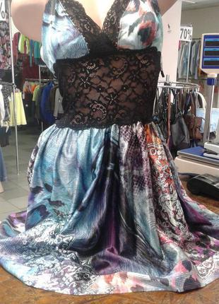 Платье декорировано  гипюром