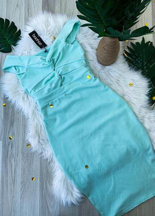 Красивое платье миди мятного цвета со спущенными плечами облегающее