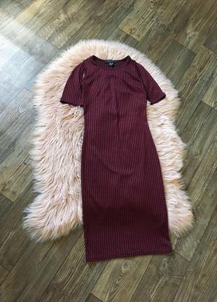 Силуэтное миди платье цаета марсала