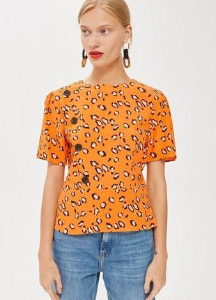 Сочная блузка в анималистический принт с массивными пуговицами от бренда topshop