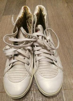 Кроссовки высокие белые