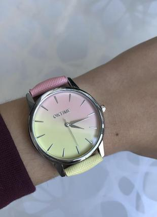 Женские наручные градиентные часы розово-желтые oktime