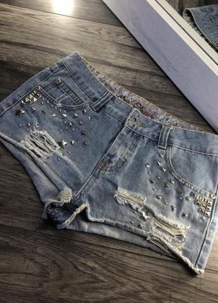 Модные джинсовые шорты бренда denim co с заклепками и потертостями