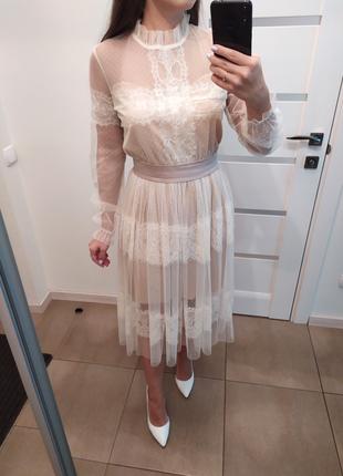 Нежное платье с элементами кружева шантильи в молочном цвете